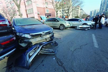 马路上停车6辆车遭夜袭 轿车保险杠全掉