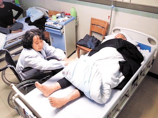 柯凌医生坐轮椅巡病房