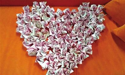 人民币折玫瑰花图解; 小伙受准丈母娘刁难 用20万元折纸玫瑰求婚(图)