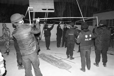 于田警方给受灾百姓搭建帐篷。网络截图