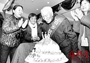 百岁癌症寿星吹蜡烛庆生