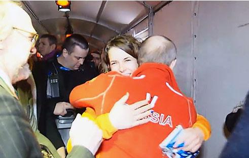 普京同性恋酒吧 与女同性恋冠军拥抱喝酒