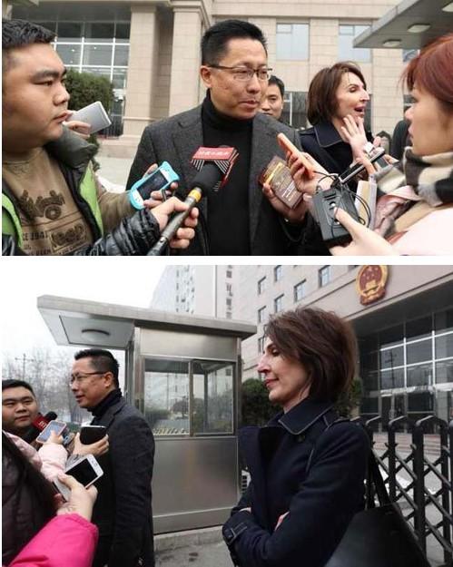 中午12点,李阳和前妻Kim 先后走出法院。两个人对房产和离婚赔偿仍然存在分歧。新京报记者 韩萌 摄
