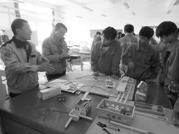 青岛技师学院大学生技师班在上实践操作课,班里学生都是回炉的大学生。(校方供图)