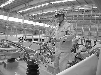 在技师班回炉后,李顺顺现在在南车上班,月薪八千左右。 本报记者 张亚楠 摄