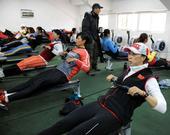 图文:国家赛艇队高原训练 神情专注