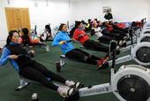 图文:国家赛艇队高原训练 进行测功仪训练