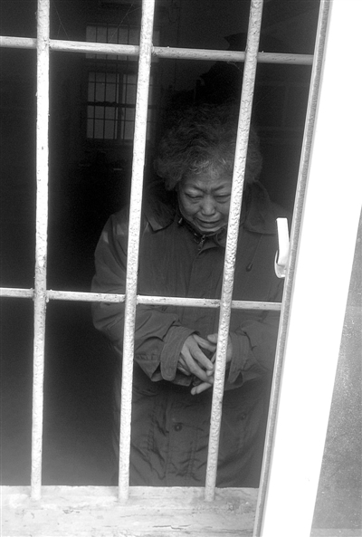 """昨日,被关在""""训诫中心""""的张凤梅失声痛哭。"""