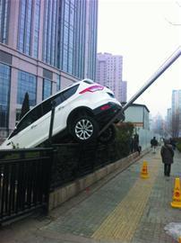 越野司机错把油门当刹车 倒车时爬上旗杆(图)