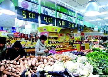 工业南路一超市内的蔬菜区。 见习记者 任丽媛 摄