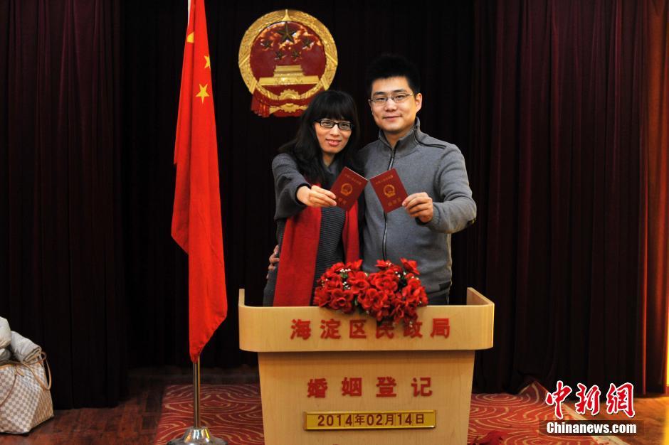 天津涉外婚姻登记处_2014年2月14日早6点半,海淀区民政局婚姻登记处里排起长队.摄影:沈湜