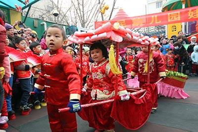 """北京市东城区崇文回民幼儿园的小朋友在""""娃娃庙会""""上"""