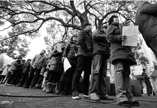 人们自发在磐安三棵树公园献血。