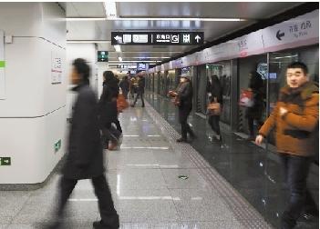 """今晨5时45分,地铁14号线七里庄站正式投入运营,这一站分为上下三层,站台仅约14米宽,比一般地铁站站台窄了6米,因此一直被称为""""北京最窄地铁站""""。"""