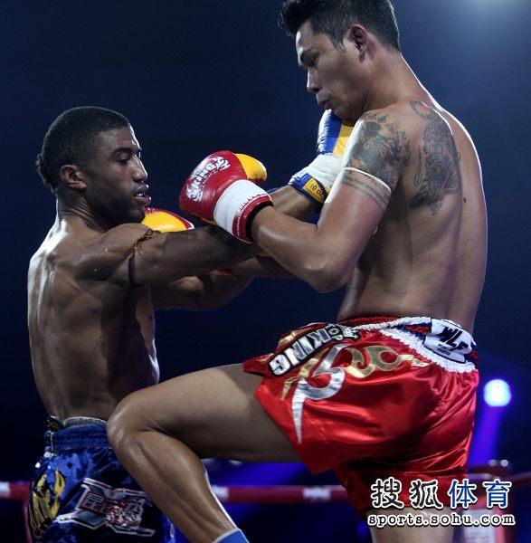 图文:昆仑决马库斯夺金腰带 马库斯一记重拳