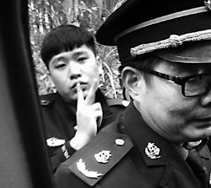 """网曝南宁警察打人摆""""剪刀手"""""""