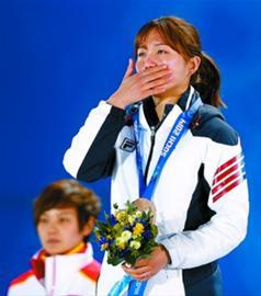 女子500米铜牌获得者韩国选手朴胜义在颁奖仪式上。 新华社记者 王丽莉 摄