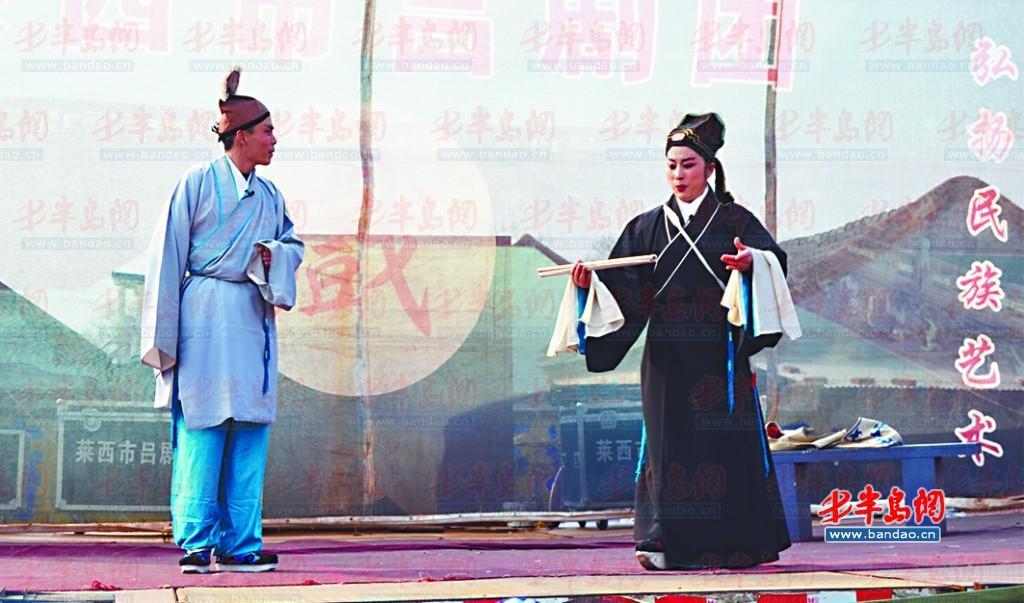 传统 剧目/秧歌队员在月湖广场上表演。...