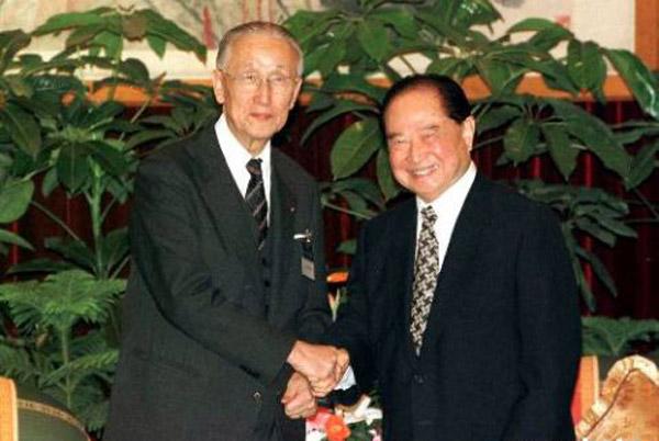 海协会会长汪道涵和海基会董事长辜振甫就两岸经济合作,科技文化交流