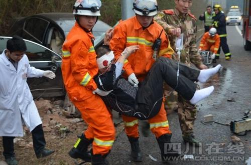 四川绵阳:一男子闯入成德南高速被撞身亡(组图)