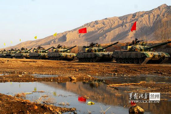 资料图:兰州军区某装甲旅全员全装在祁连山腹地展开贴近实战的战备演练。