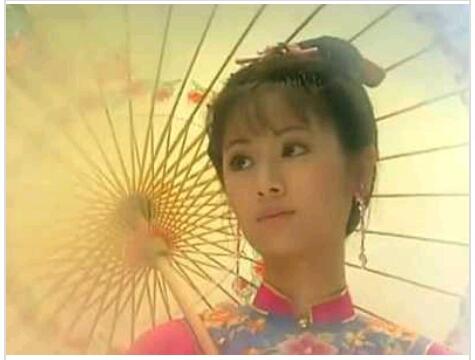 NO10.夏雨荷—林心如出自:还珠格格。一女子打着伞缓缓走来,嘴角的笑容让人无法忘怀,新版的虽然还是林心如演的,但再也找不到那种感觉了。