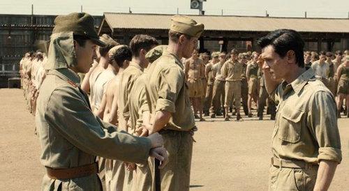 男主人公路易斯正在接受日本兵的训诫(点击查看高清组图)