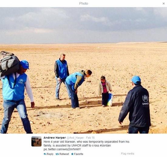 联合国代表哈勃等人遇到这名男孩后,给他拍下了这张照片,记录下了这名4岁孩童独自一人面对沙漠且孤立无援的状态。