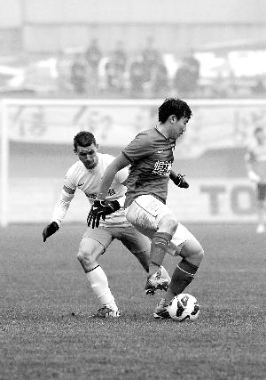 贵州人和队与广州恒大队在超级杯比赛中。 新华社记者陶亮摄