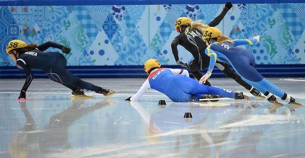 图文:女子短道1000米预赛 捷克选手摔倒