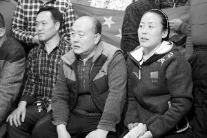 齐广璞父亲(中)、母亲(右)和启蒙教练观看决赛