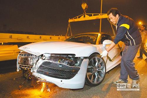 吕姓男子驾驶艺人林志颖的奥迪R8 Spyder超级跑车,失控撞上护栏,车头全毁。(图自台湾《中国时报》)