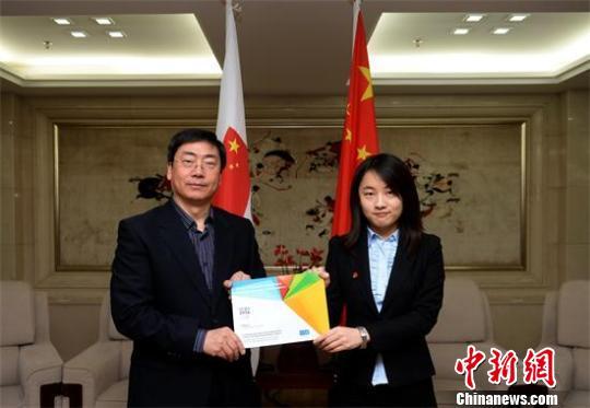 中国奥委会秘书长宋鲁增向鲁婷颁发证书 体总网 摄