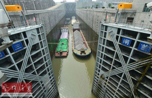 资料图片:2013年6月30日,船舶有序通过三峡五级船闸。新华社发(郑家裕 摄)