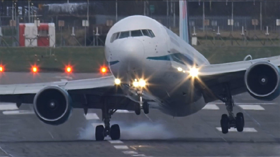 硬着陆软着陆_一段英国波音767航班客机在大风中硬着陆的视频在网上热传,虽然客机