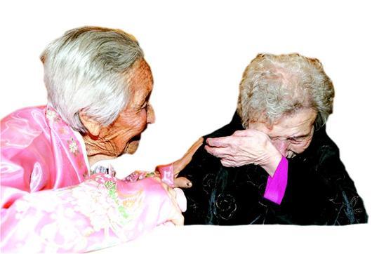 老人写色妺妹_湖北日报讯 图为:20日,一名87岁的韩国老人(右)与自己84岁的妹妹团聚.