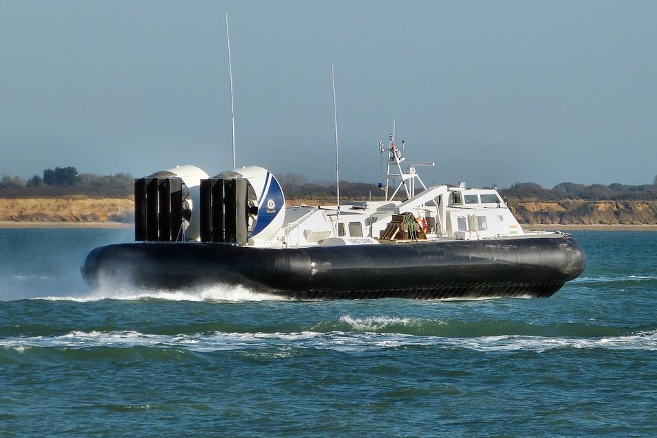 印度海警开着高速气垫船巡逻(组图)