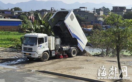 """""""东飞环卫""""的车辆在阳岐村村口将垃圾倒下"""