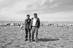 李光鹏(右)在四子王旗的牧场上。