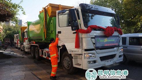 首批LNG天然气环卫车辆投入使用。曾婧雅/摄