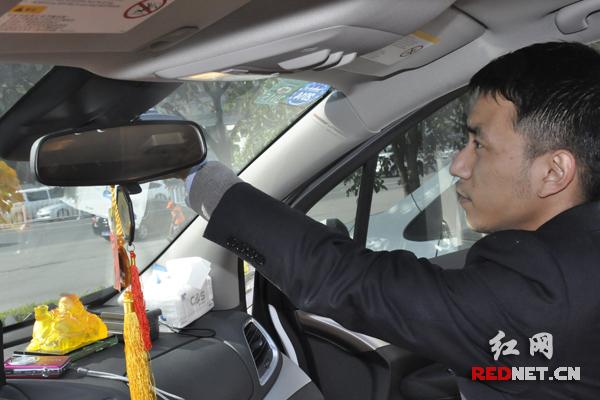 (招行工作人员正在为车主安装etc.