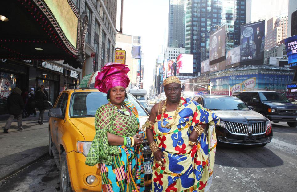 加纳部落酋长艾萨克·奥赛伊和妻子站在出租车前网页截图