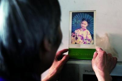 郭敏身边只留了一张大女儿刘令晖的照片 摄/法制晚报记者 洪煜