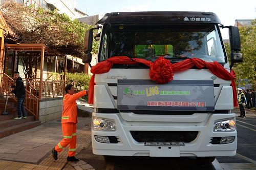 昆明首批LNG环卫车辆投入使用