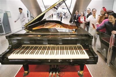 自弹奏钢琴 亮相门诊大厅(图)