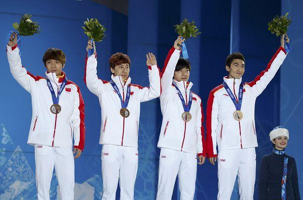 图文:男子5000米接力颁奖仪式 中国队获得铜牌