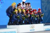 图文:女子冰壶比赛颁奖仪式 前三名合影