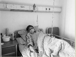 病床上的庄梅每时每刻都牵挂着儿子 现代快报记者 王玲玲 摄