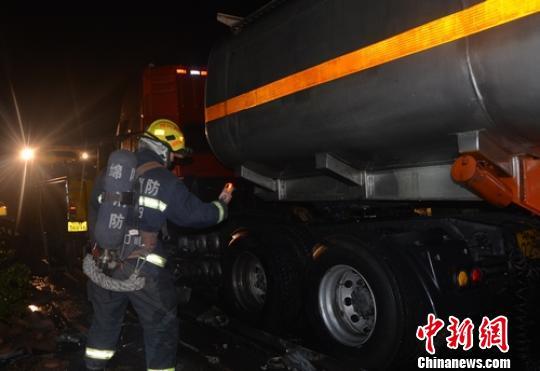 消防官兵正在检测罐体是否发生泄漏。 张金