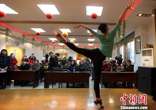 图为上海芭蕾舞团舞者现场表演芭蕾舞片段。泱波 摄